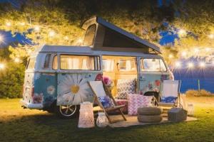 """Melia Sol Beach Ibiza bietet Hippie-feeling in exklusiver """"Campingbus-Suite"""""""
